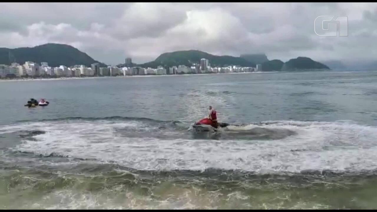 Papai Noel aquático chega de jet ski na praia de Copacabana