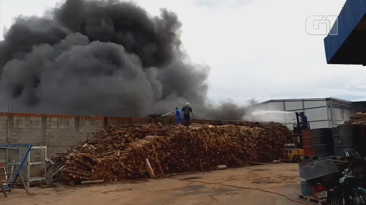 Barracão de recicláveis pega fogo e mobiliza bombeiros em Tabatinga