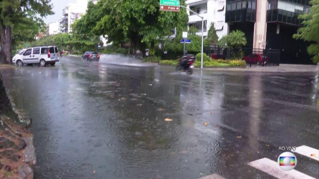 Chuva forte alaga vários pontos da cidade