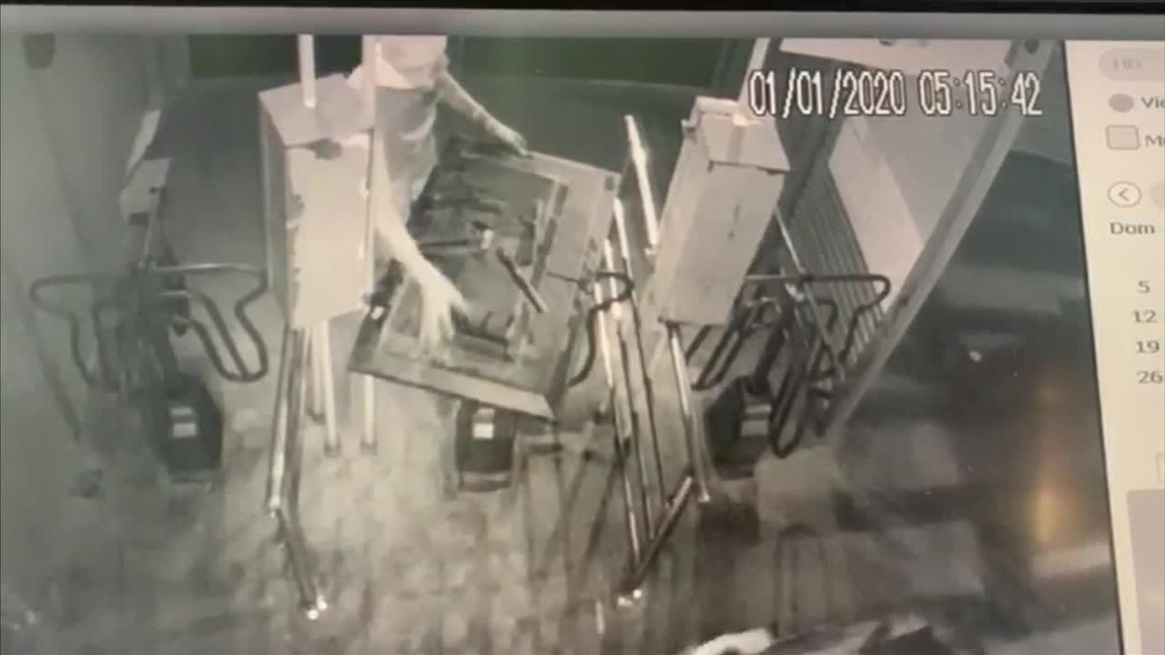 Suspeitos invadiram estação de ônibus e furtam televisões
