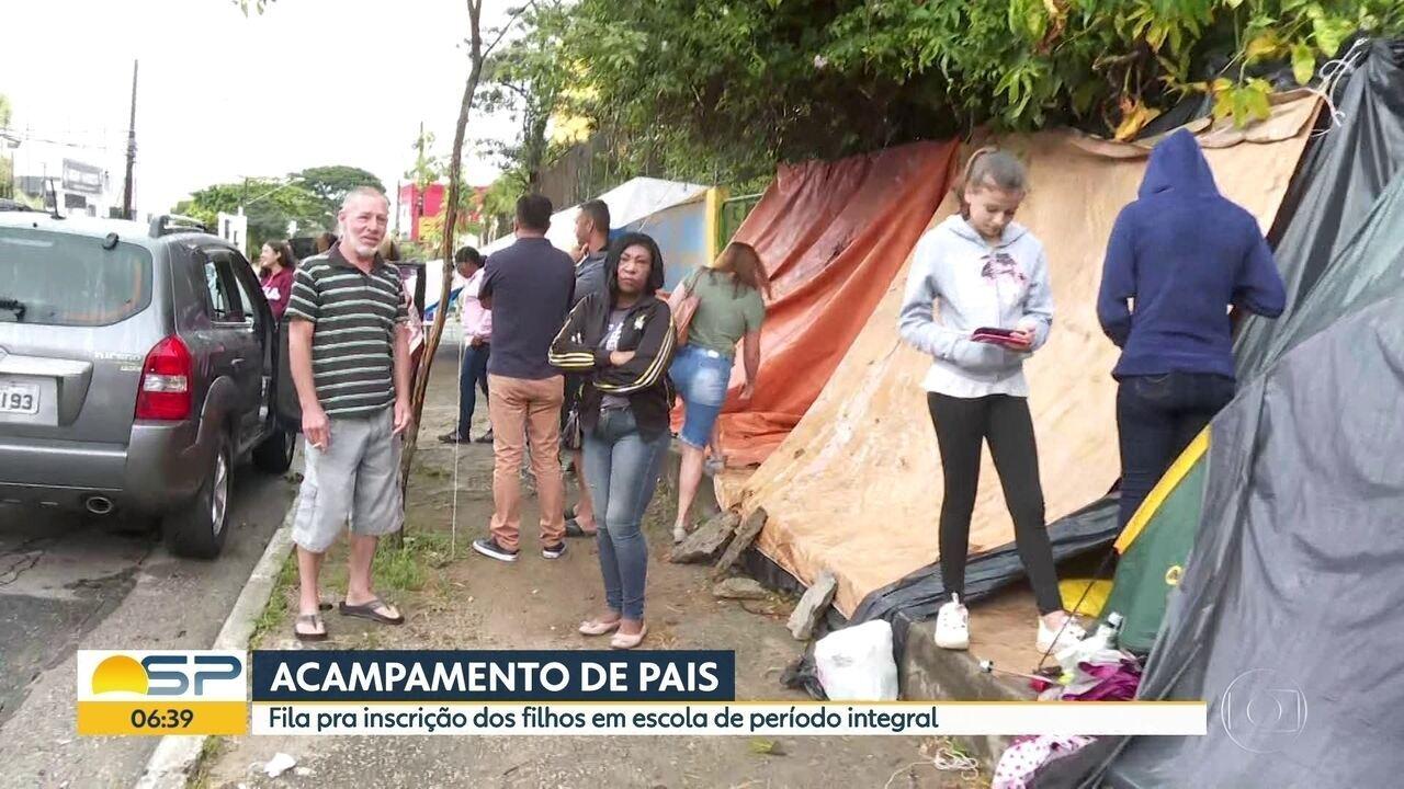 Pais acampam em frente à escola na Zona Sul de SP para conseguir vaga para filhos