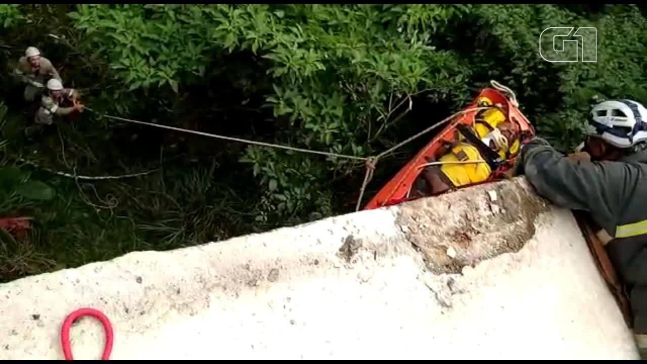 Motorista é resgatado após carro cair de altura de 15 metros na BR-262 em Venda Nova, ES