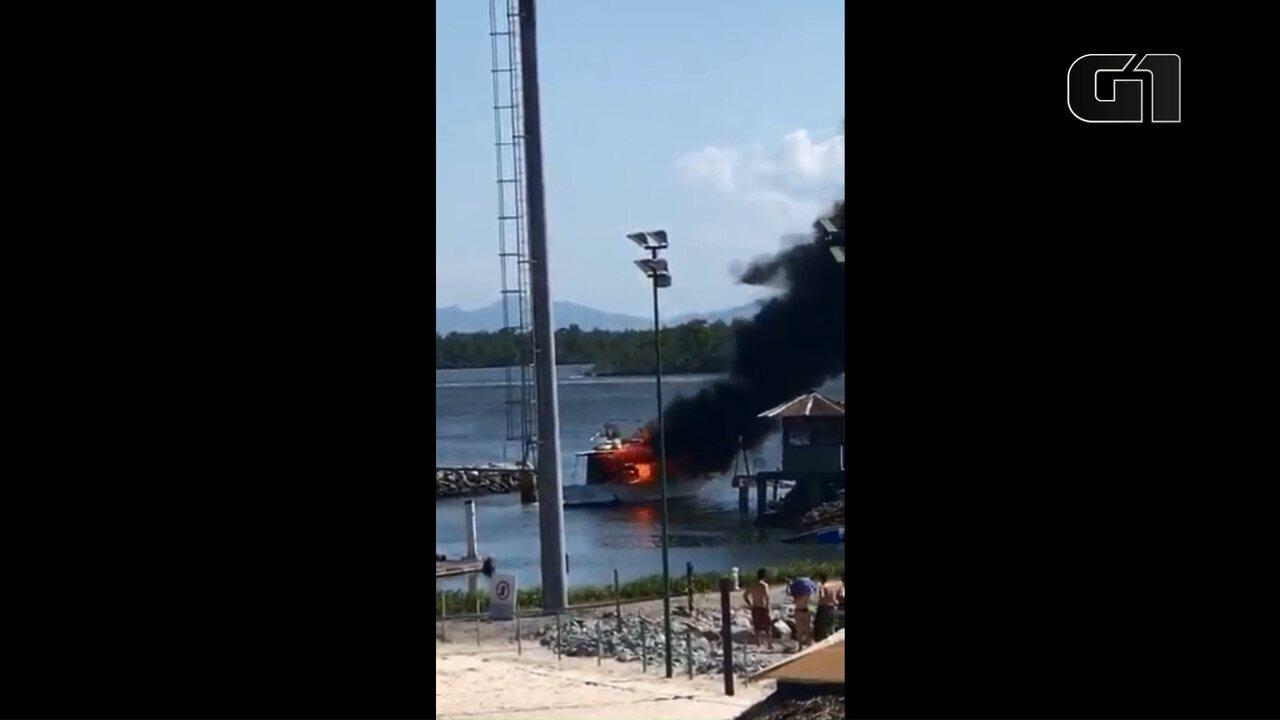 Barco é destruído pelo fogo em iate clube no litoral do Paraná