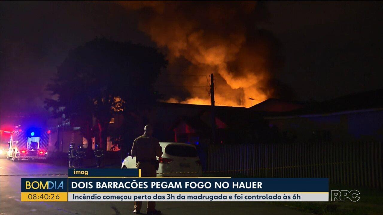 Dois barracões pegam fogo no bairro Hauer em Curitiba