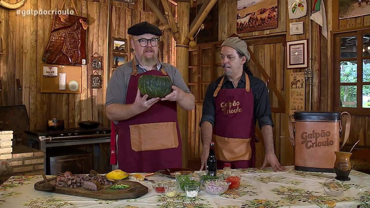 Nenhum de Nós ensina Neto Fagundes a preparar receita de carne na moranga