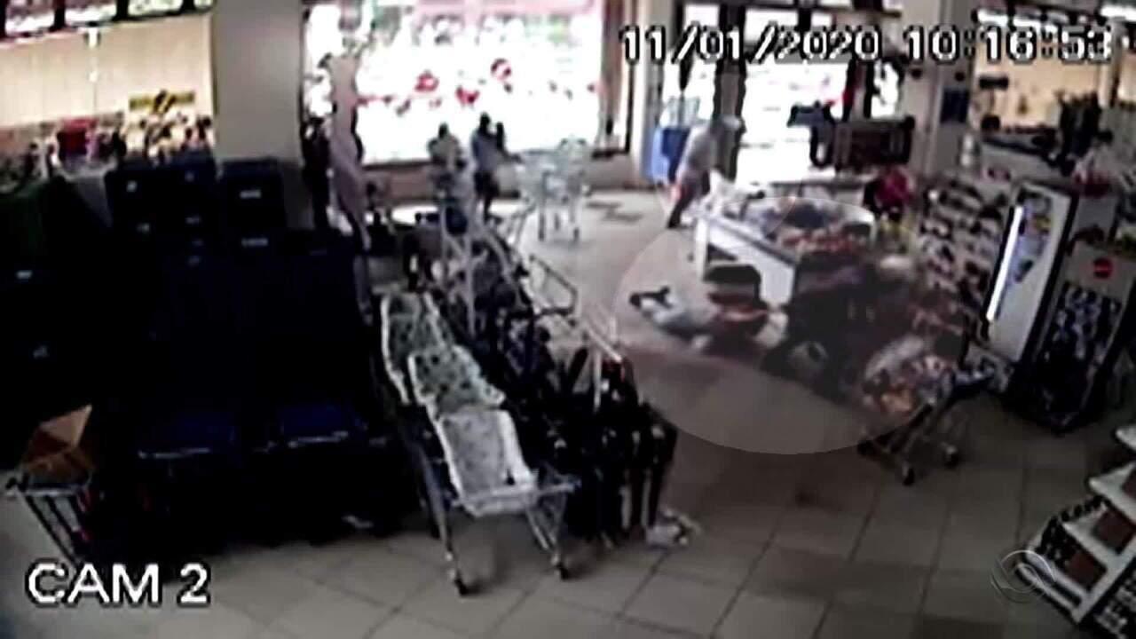 Mulher é morta a tiros em supermercado de Canela