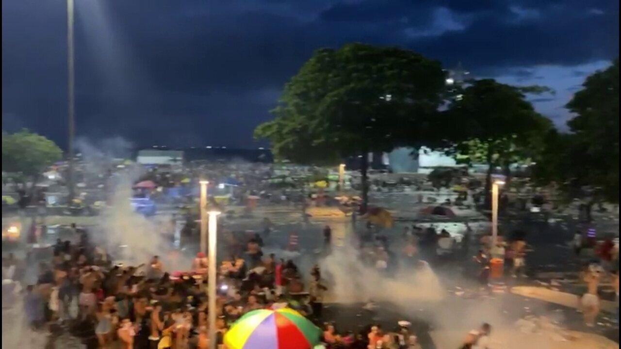 Dispersão do Bloco da Favorita tem confusão e guardas jogam bombas de gás lacrimogênio