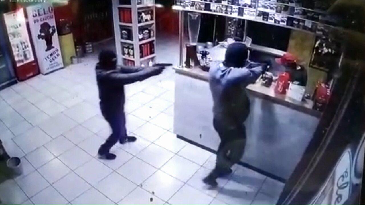 Vídeo mostra suspeitos de matar funcionário com mais de 40 tiros invadindo tabacaria