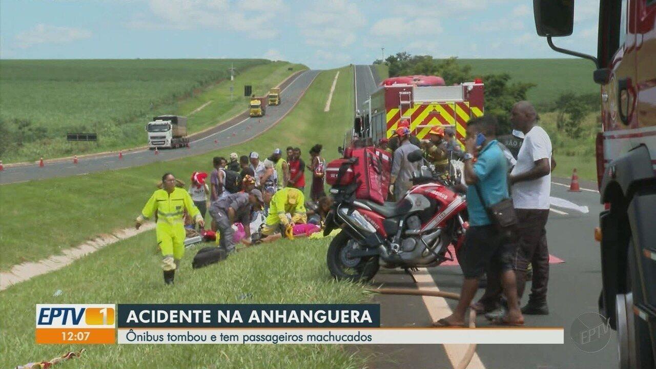 Ônibus tomba e deixa feridos na Rodovia Anhanguera em Jardinópolis, SP