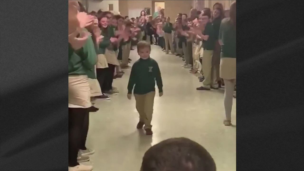 Menino curado de leucemia é recebido com aplausos na escola