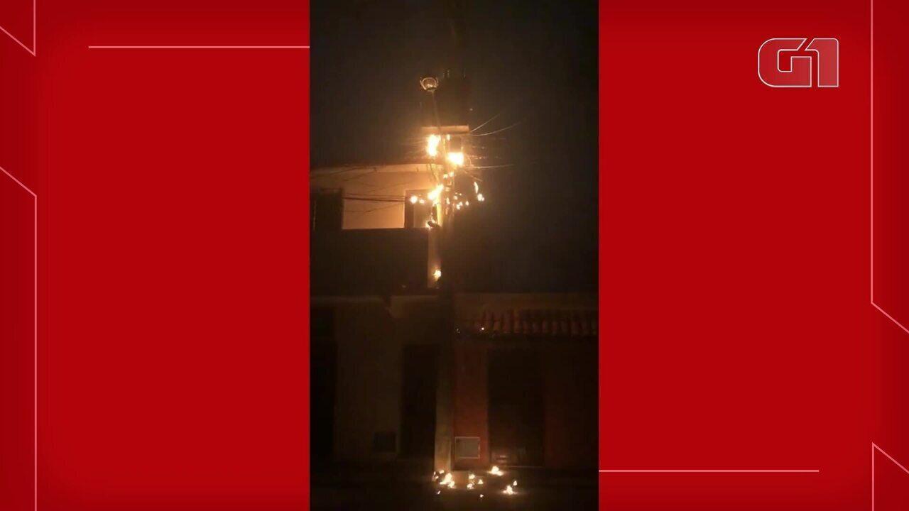 Poste próximo a casas pegou fogo e preocupou moradores no Bairro Parangaba, em Fortaleza.