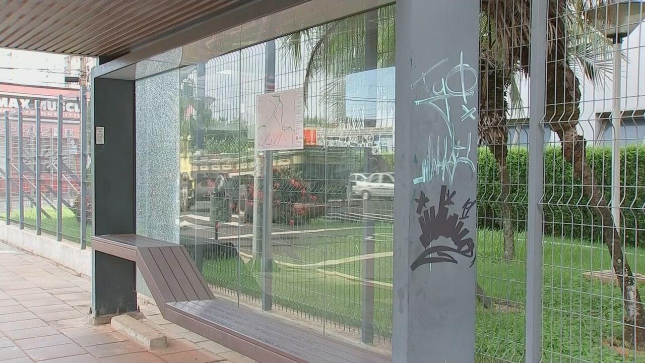 Pontos de ônibus cobertos são alvo de vandalismo em Rio Preto