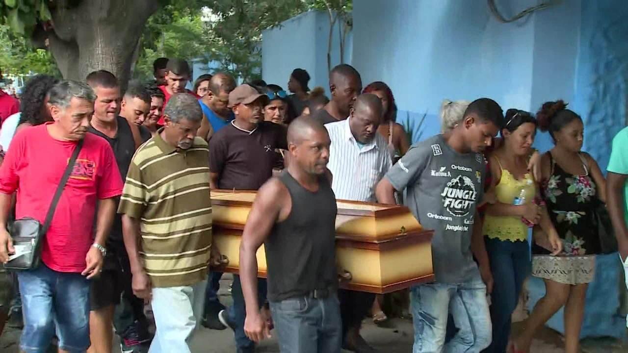 Corpos de irmãos mortos eletrocutados são enterrados em São Gonçalo