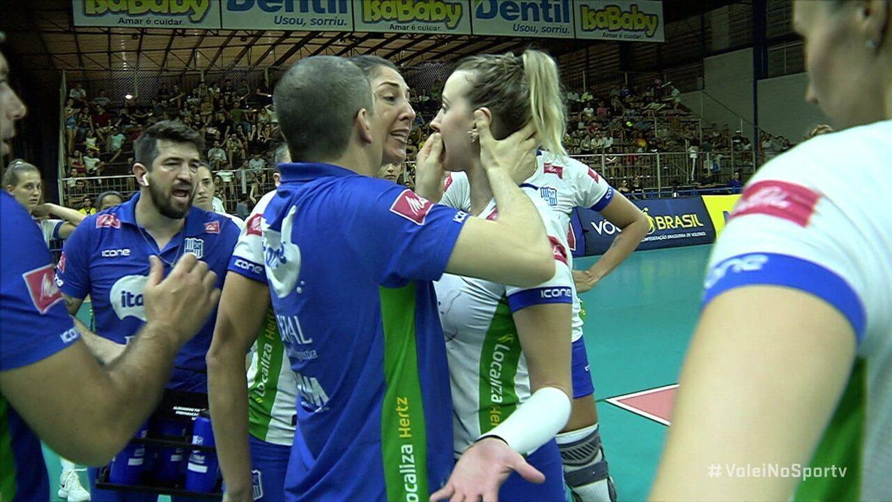 Carol Gataz e Kasiely discutem durante tempo técnico em derrota do Minas