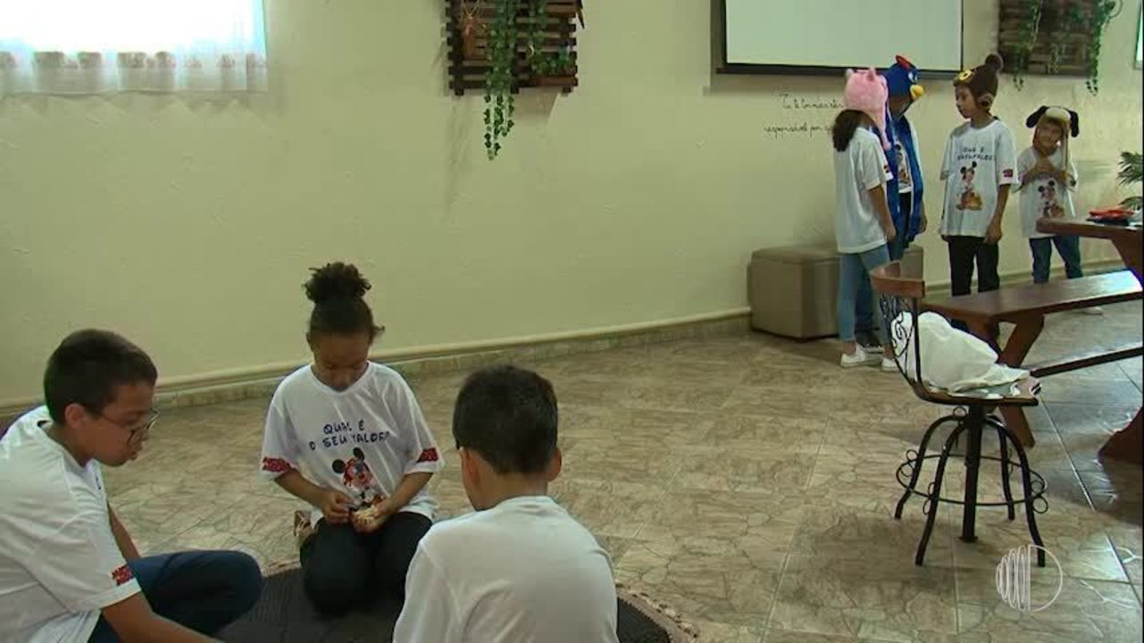 Invadindo Quintal: professora de Itaquaquecetuba transforma casa em sala de aula