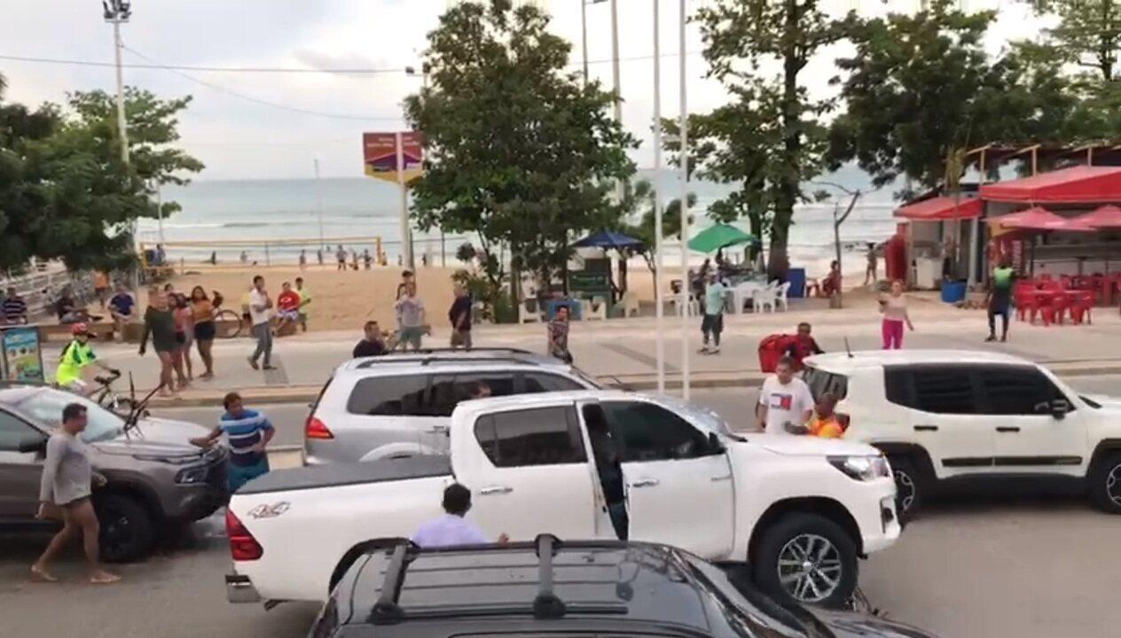 Motorista passa sobre moto e arrasta veículo na Beira Mar de Fortaleza