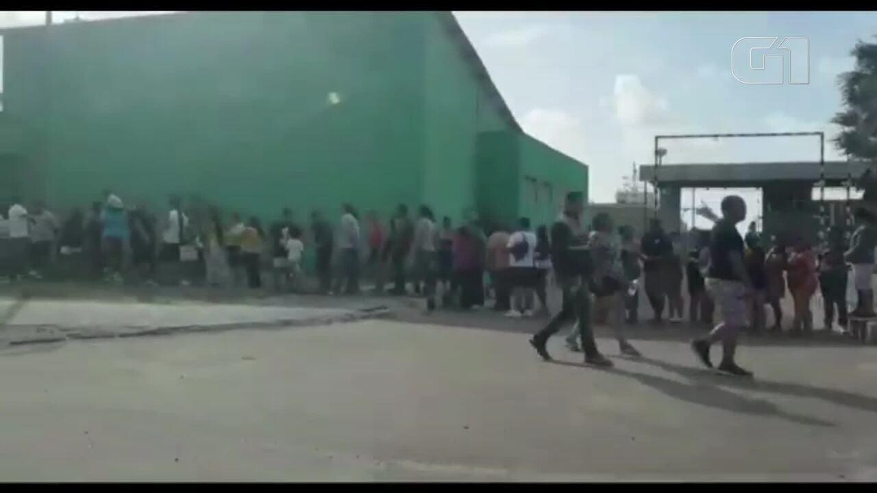 Visitantes formam grande fila para conhecer o Navio Doca Bahia, da Marinha do Brasil
