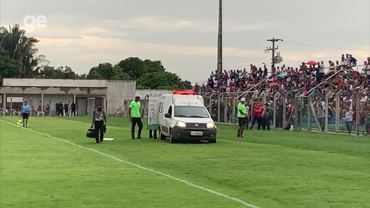 Após corte no pé, Dênis é levado de ambulância ao hospital; veja atendimento