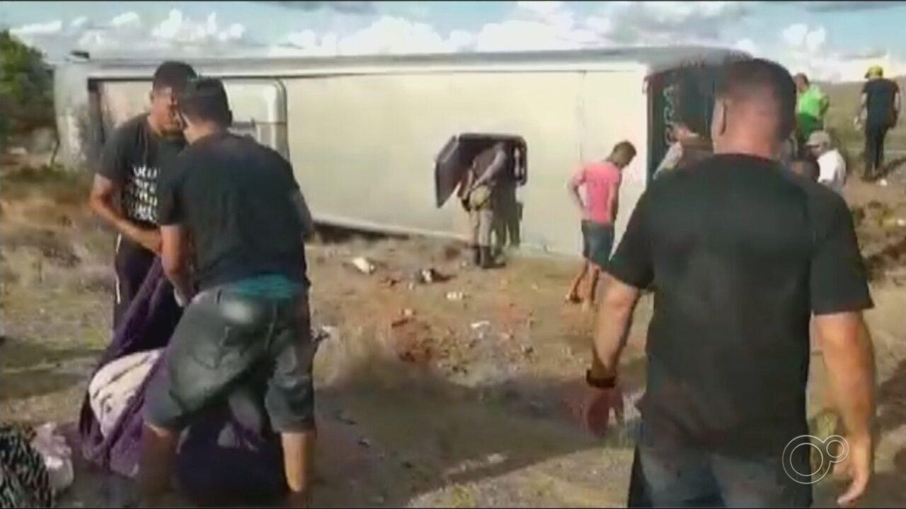 Ônibus com grupo de Araçariguama tomba na Bahia e quatro pessoas morrem