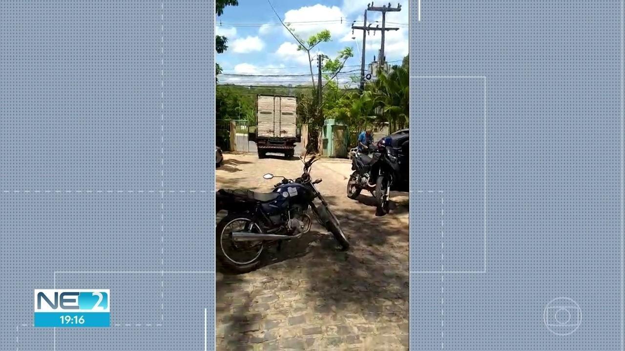 Homem com facão ameaça pessoas em fórum e é morto por policial no Grande Recife
