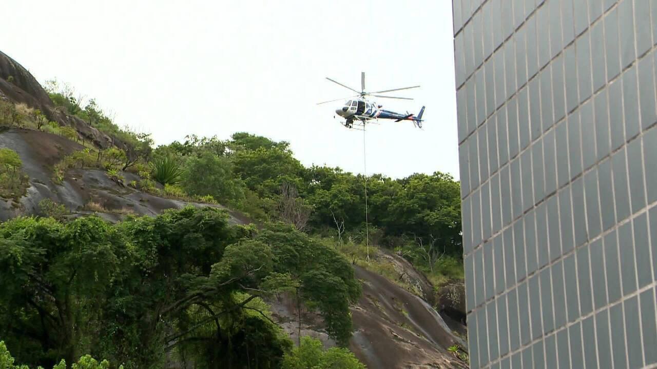Homem é resgatado de mata no alto de pedra em Vitória por helicóptero