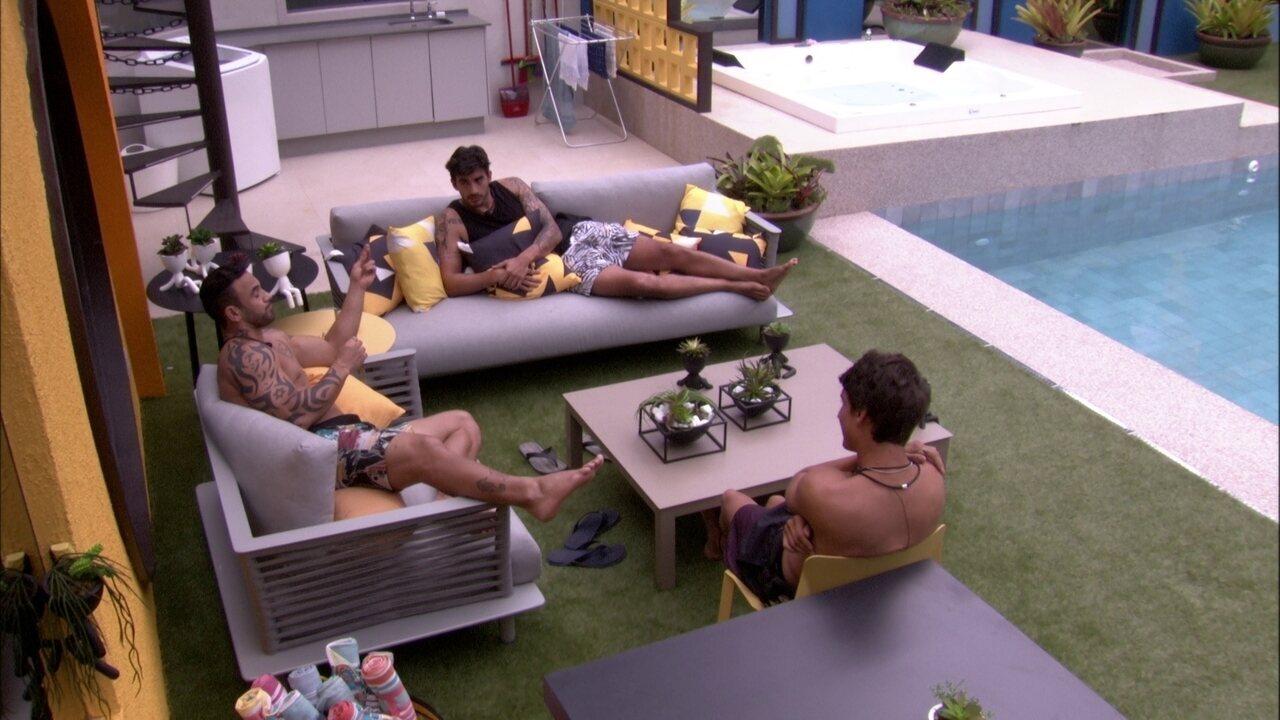 Felipe fala de Guilherme na área externa da casa: 'As meninas vão pra cima dele'