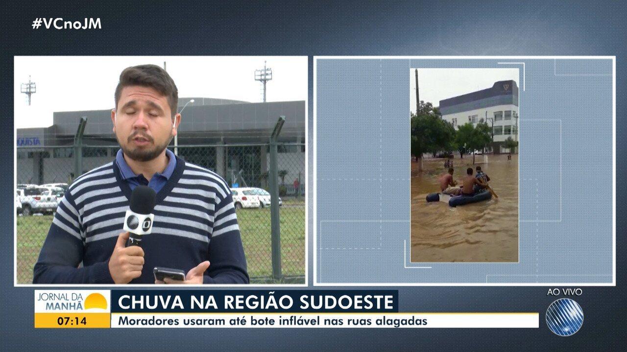 Chuva deixa ruas alagadas e moradores de Jequié usam bote para chegar em casa