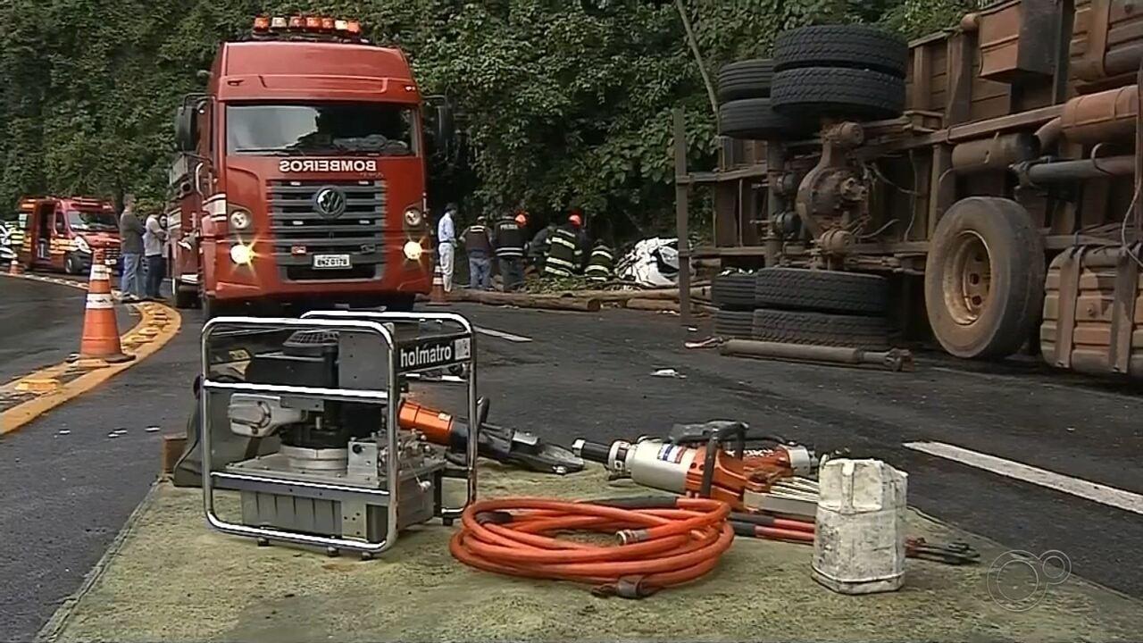 Caminhão tomba e dois morrem após serem atingidos por toras de madeira em Botucatu