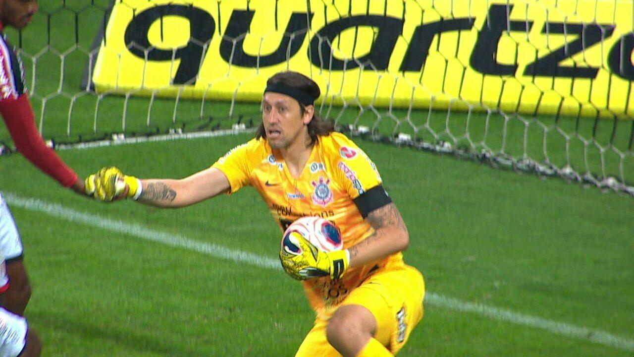 Após escanteio fechado, Diego não consegue finalizar e bola fica com Cássio