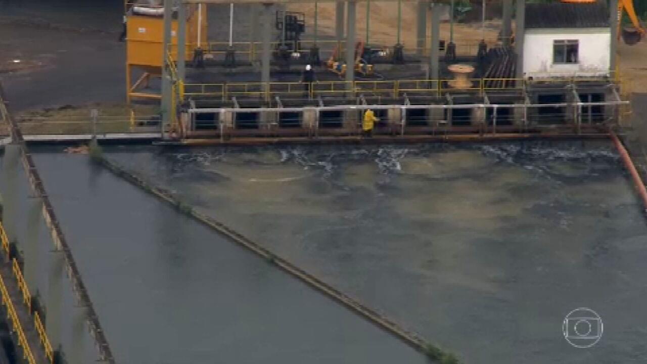 Cedae começa a despejar carvão nos tanques da estação de tratamento do Guandu