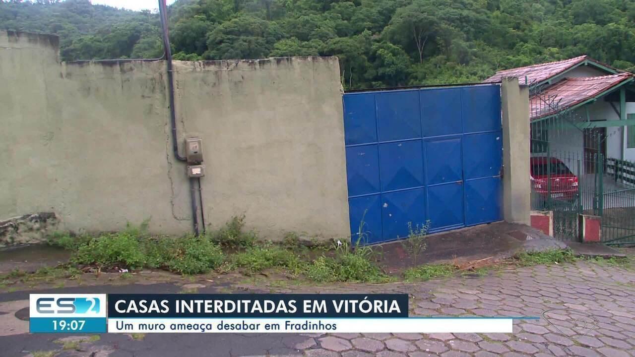 Muro ameaça desabar e casas são interditadas em Fradinhos, Vitória