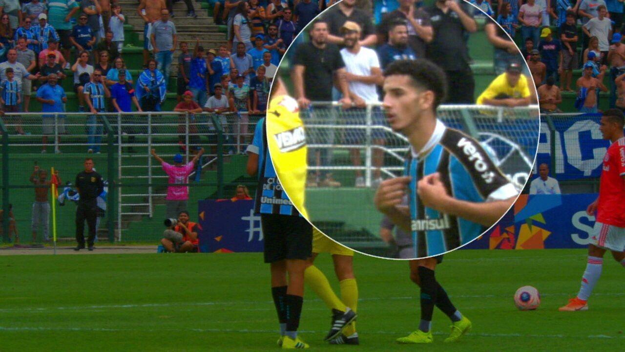 Gazão, do Grêmio, tenta enganar o árbitro dizendo que foi ele quem subiu no alambrado!