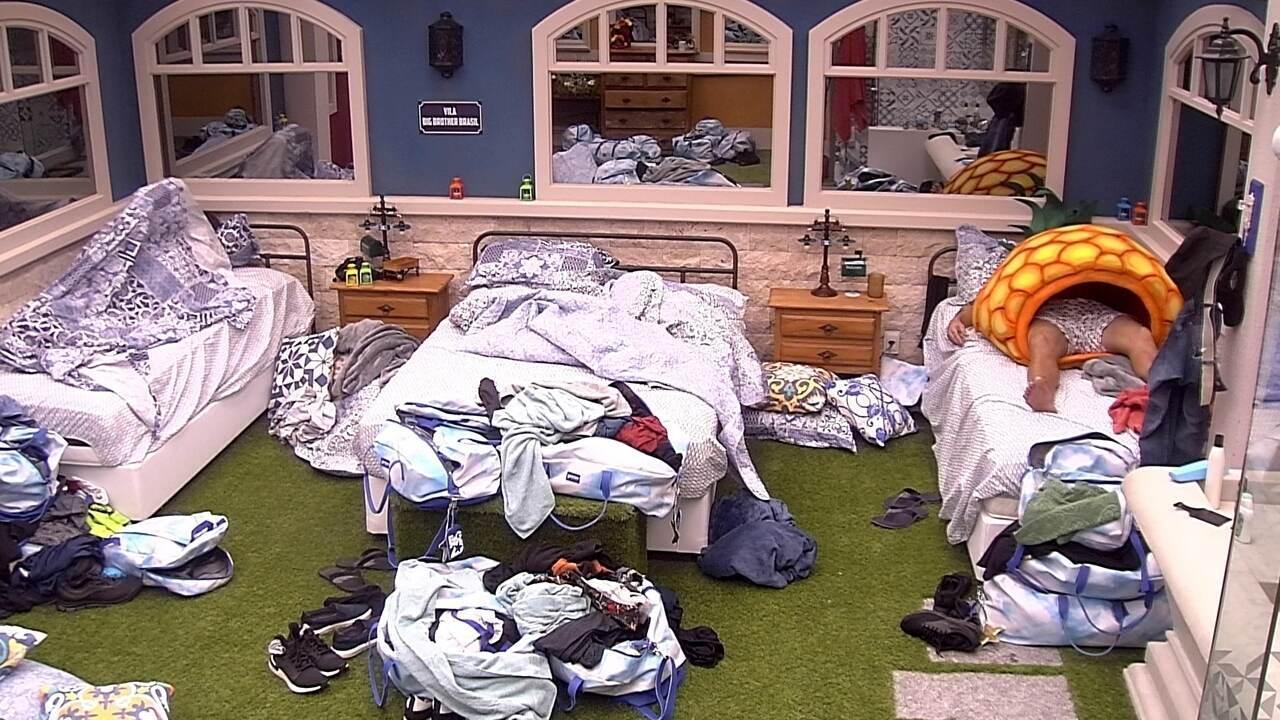 Hadson e Babu descansam no quarto vila enquanto brothers brincam na sala