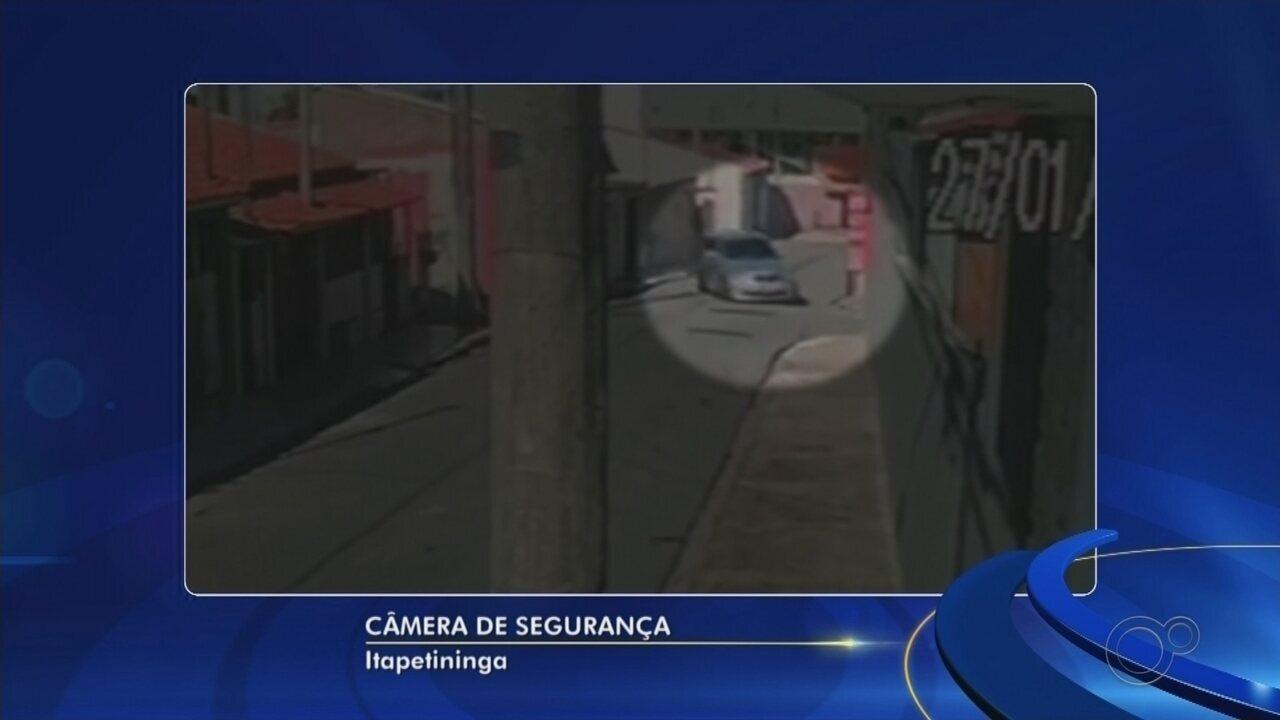 Câmera de segurança flagra carro em alta velocidade que atingiu casa em Itapetininga