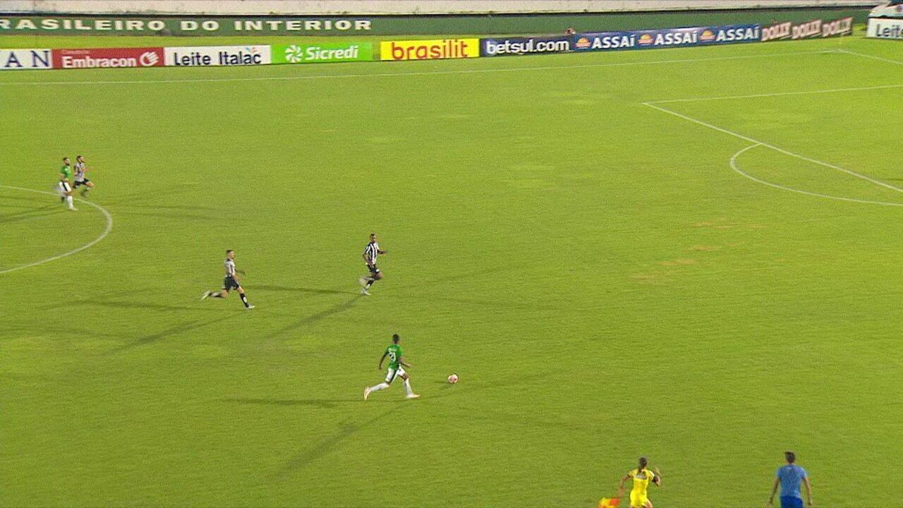 Mateusinho puxa o contra-ataque e dá uma cavadinha para Júnior Todinho, que chuta em cima do goleiro, aos 40 do 2º