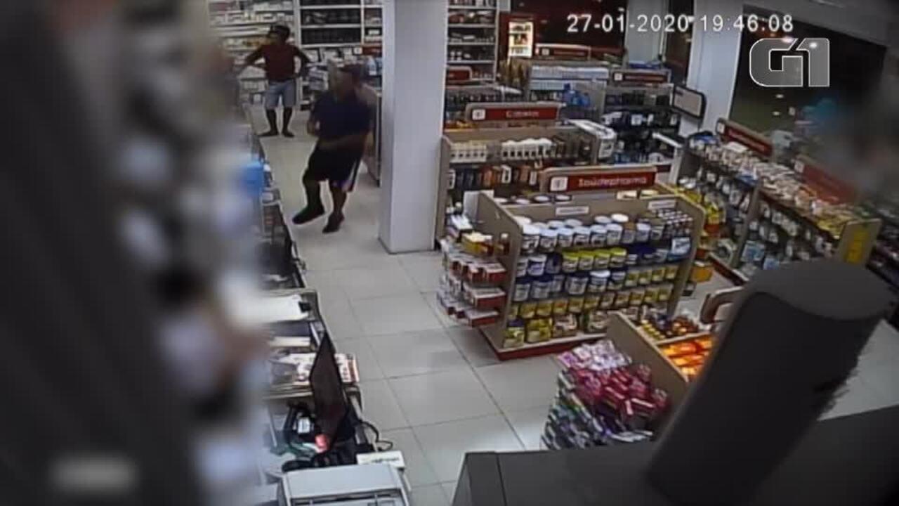 Homem assalta farmácia pulando em um pé só na Zona Norte de Natal, nesta segunda-feira (27)