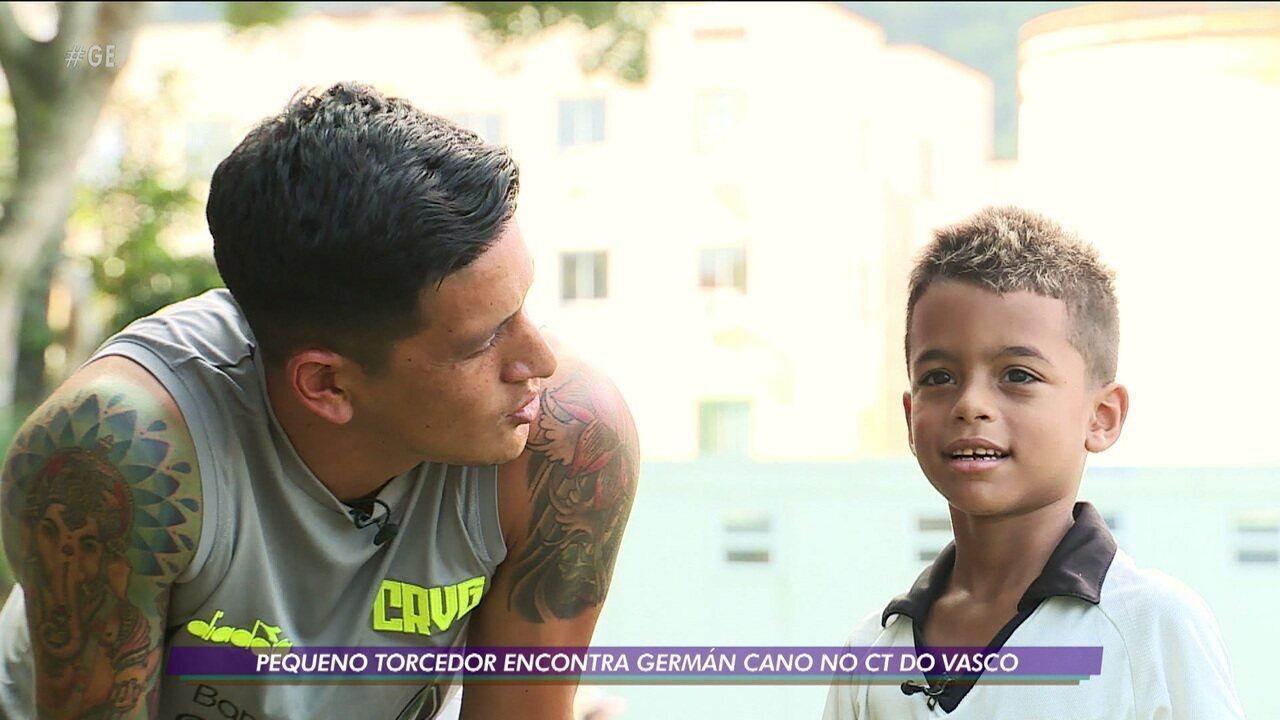 Pequeno torcedor encontra Germán cano no CT do Vasco