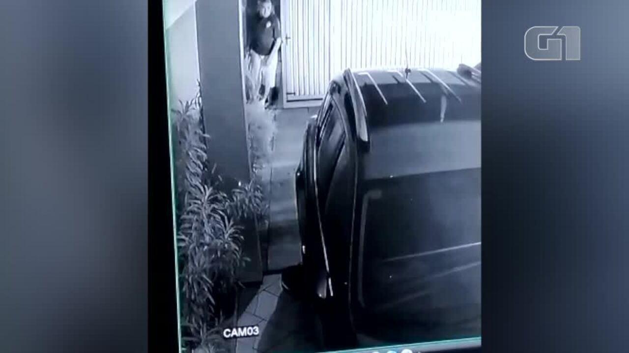 Vídeo mostra momento em que criminosos invadem casa e sequestram gerente de banco