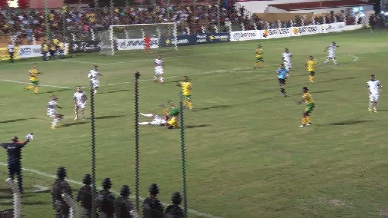 Toninho Bahia cai de cabeça no gramado e deixa jogo de ambulância