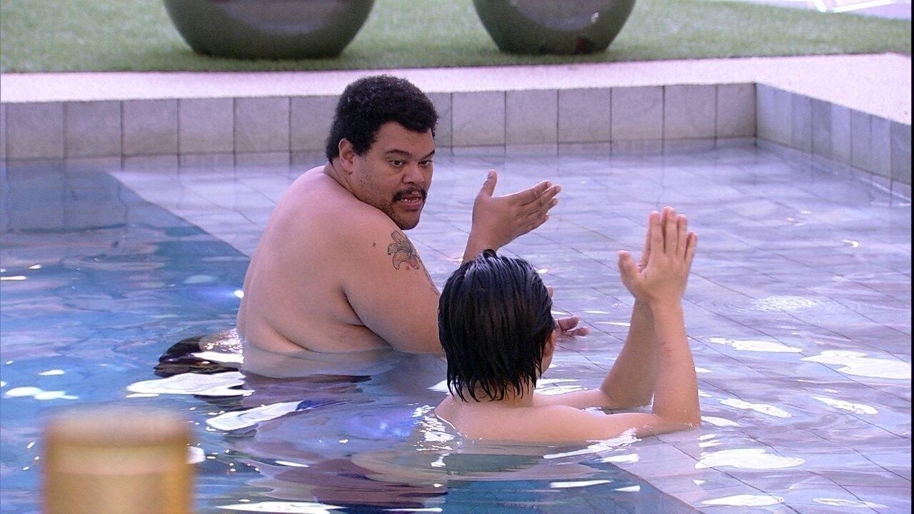 Pyong e Babu tomam banho de piscina em manhã de Eliminação