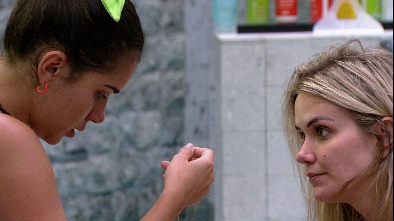 Gizelly chora e é consolada por Marcela, que diz: 'Fica esperta agora'