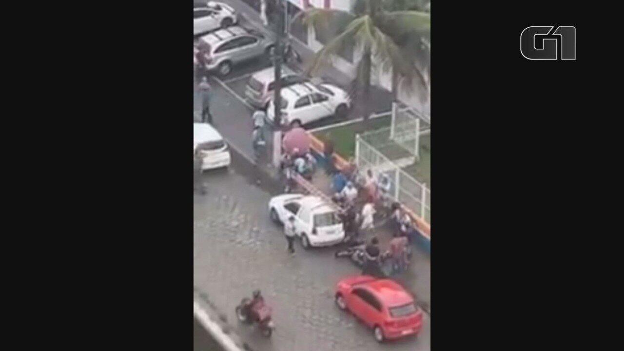 Vídeo mostra populares batendo em suspeito de crime