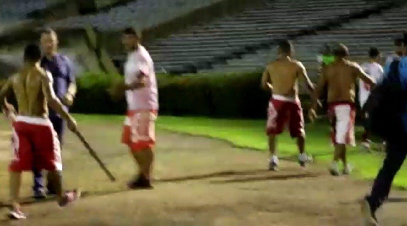 Armados com pau, torcedores do América-RN invadem gramado e vão para o vestiário do time
