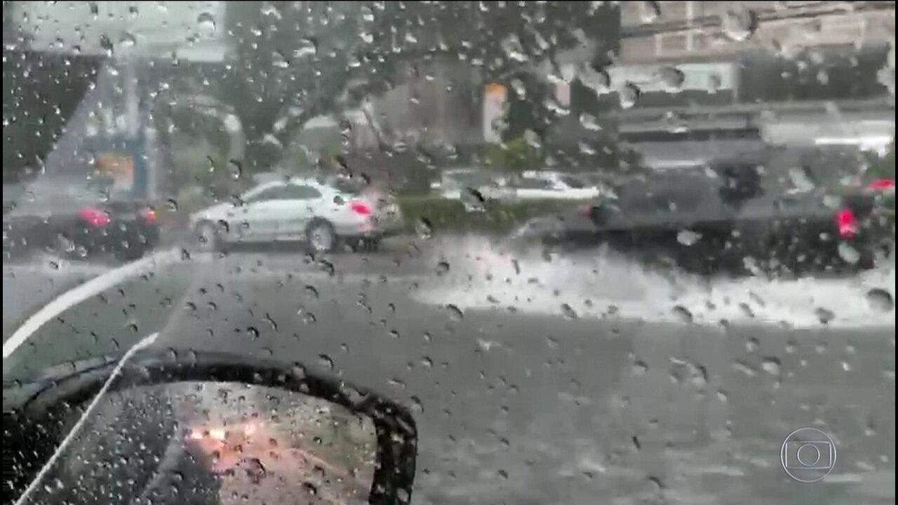Forte chuva alaga ruas em diversas regiões do Rio de Janeiro