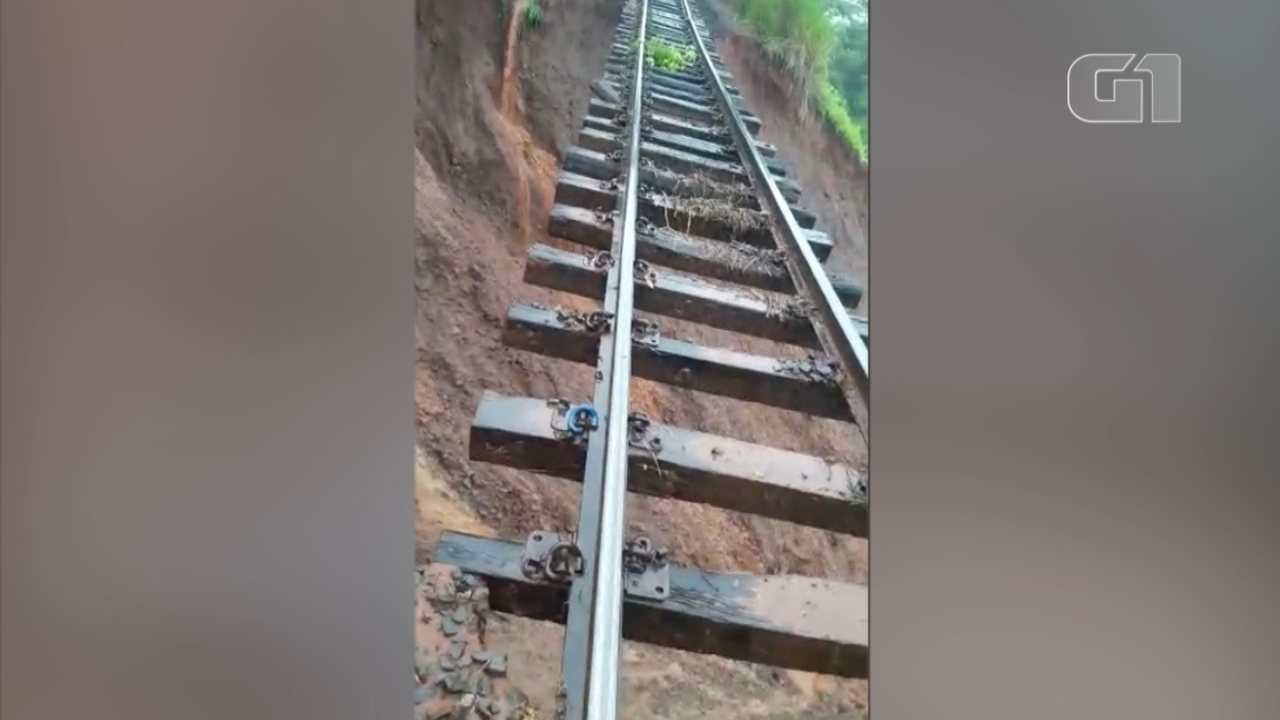 Trecho de linha férrea fica suspenso após queda da barreiras em Botucatu