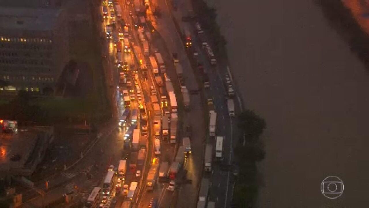 Paulistanos têm dificuldade na volta para casa após chuva na cidade