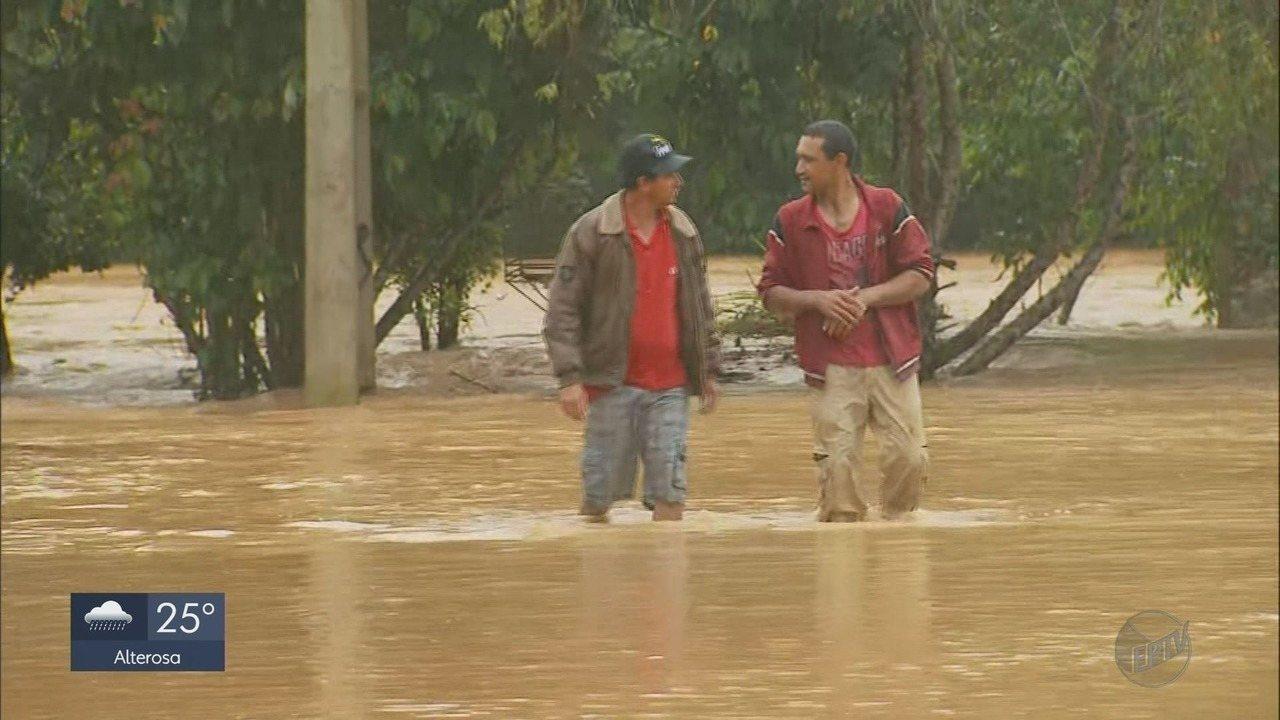 Chuva alaga ruas, deixa desabrigados e provoca deslizamentos em cidades do Sul de MG