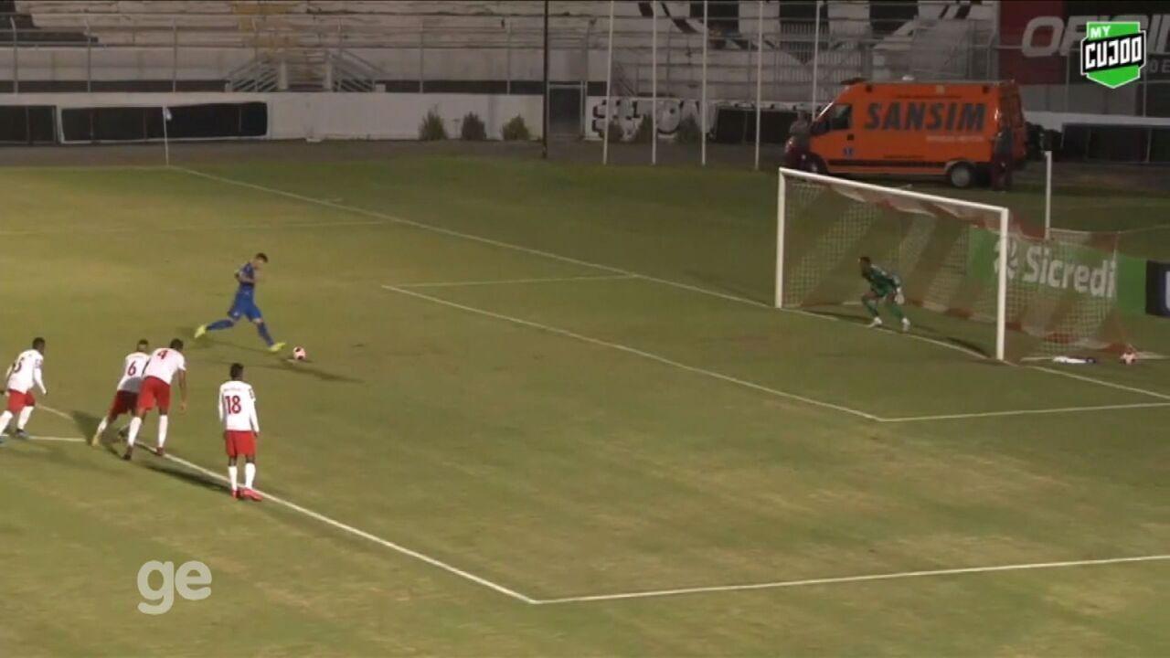 Atacante do São Caetano recua bola em cobrança de pênalti, e time sofre gol logo depois