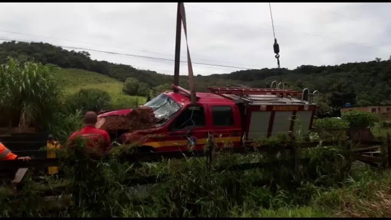 Veículo do Corpo de Bombeiros é retirado após cair de ponte em Antônio Carlos