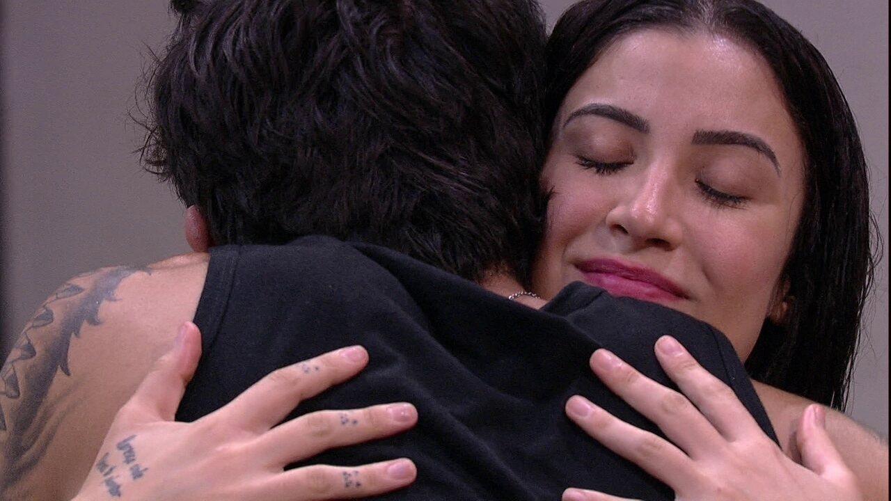 Bianca e Guilherme se abraçam, e brother diz: 'É ruim não estar falando contigo'